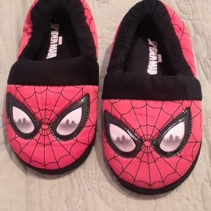 NWOT boys L 9/10 Spiderman slippers